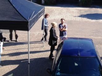 At skuespiller Lars Ranthe ikke har bukser på er helt bevidst - de scener, der skal optages, det kræver scenen nemlig. Filmsettet spiser morgenmad i teltet til venstre.