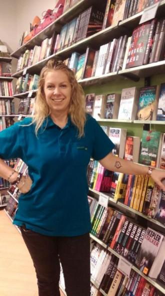 Janni er omgivet af bøger som butikschef