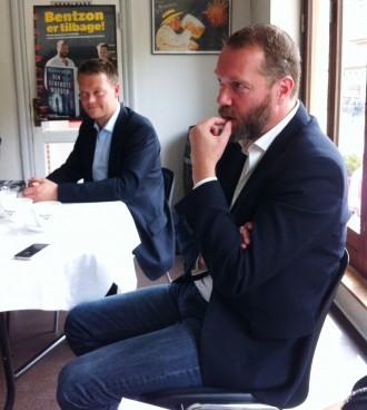Jacob Weinreich (tv) og Anders Rønnow Klarlund er igen klar med en Niels Bentzon-krimi. Og i Den genfødte morder sender de deres hovedperson ud på noget af en rejse. Foto: Rebekka Andreasen