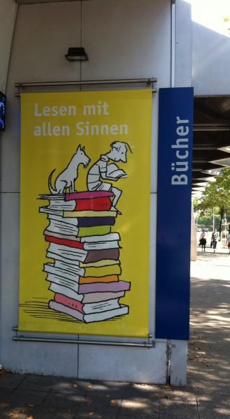 Plakaten er en del af en kampagne, der skal inspirere børn til gode læseoplevelser.