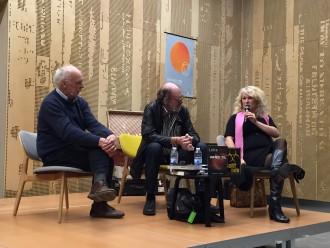 Steen Harvig og Lotte Petri til Vild med ORD på DOKK1 i Aarhus i weekenden. Moderator Jannik Lunn i midten. Fotoet er taget af Inge Hald, som er en journalistkollega (med bedre mobilkamera end jeg) Hun er også blogger og står bag vildmedberlin.dk