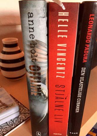 Får jeg tiden til det, vil jeg kaste mig over disse tre bøger i julen. Har endnu ikke læst Stjålne liv af Helle Vincentz - sikkert en bog, mange af jer bloglæseren har slugt. Jeg har en svaghed for Anne Holts bøger om Hanne Wilhelmsen, og så er jeg ikke blevet skuffet de gange, jeg har kastet mig over en cubansk krimi af Padura, så det gør jeg gerne igen. Foto: Rebekka Andreasen
