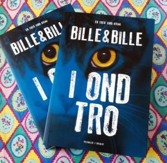 Der er to eksemplarer af Bille & Billes nye Thea VInd-krimi på højkant.