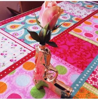 """I Spanien fejrer man Verdens Bogdag med at give en bog og en rose til en, man holder af. I må nøjes med en rose i min """"krimivase""""."""