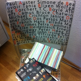 Kan du finde Peter Høeg på denne stol? Også Karen Blixen - kendt som Tania Blixen .- har sneget sig med på denne stol - set i boghandel i Berlin. Foto: Rebekka Andreasen