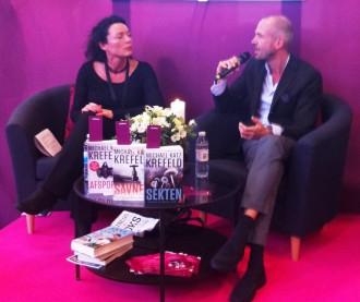 Interviewer Jane Gisselmann spørger Michael Katz Krefeld, om han har styr på, hvor mange han har slået ihjel i sine bøger: Næh, men det er i hvert fald mange, svarer forfatteren til bl.a. Ravn-serien. Foto. Rebekka Andreasen