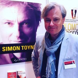 Jeg fik en lille snak med britiske Simon Toyne, der er aktuel med thrilleren