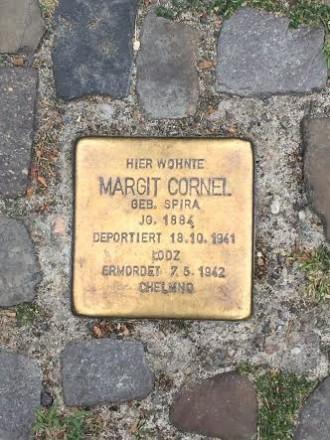 Der er historie OVERALT i Berlin. Her en af byens mange stolpesten. Foto: Rebekka Andreasen